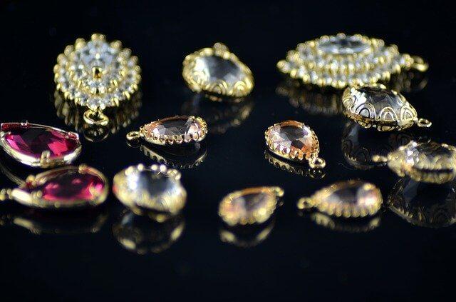 札幌でジュエリー・貴金属・アクセサリーの出張買取はコレクトワンにお任せ下さい!ジュエリー・貴金属の買取をさせていただいております。金・銀・プラチナ・ホワイトゴールドや、宝石・ジュエリー・おもちゃやイミテーションのアクセサリーなど幅広く買取いたします。 特に箱や保証書など全て揃っているお品物に関しましては高価買取させていただきます。